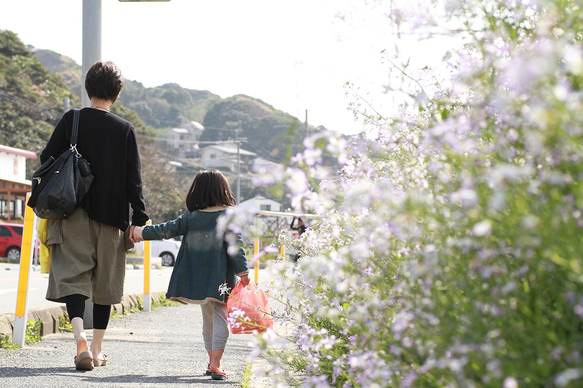 お花と親子の後ろ姿